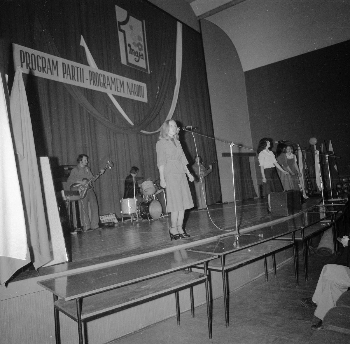 Wręczenie sztandaru Komitetowi Miejskiemu PZPR, 1976 r. [6]
