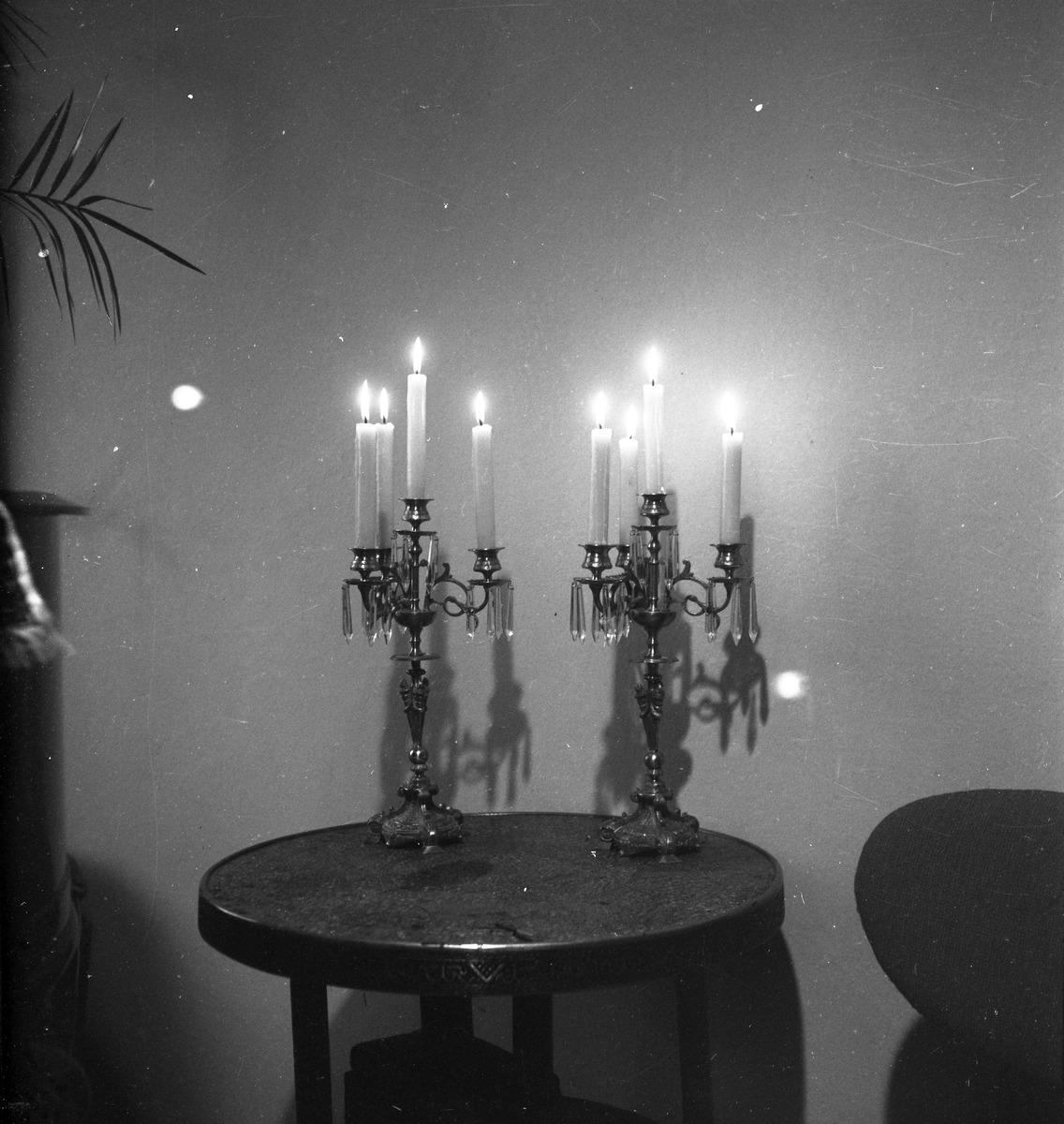 Dwa świeczniki na stoliku