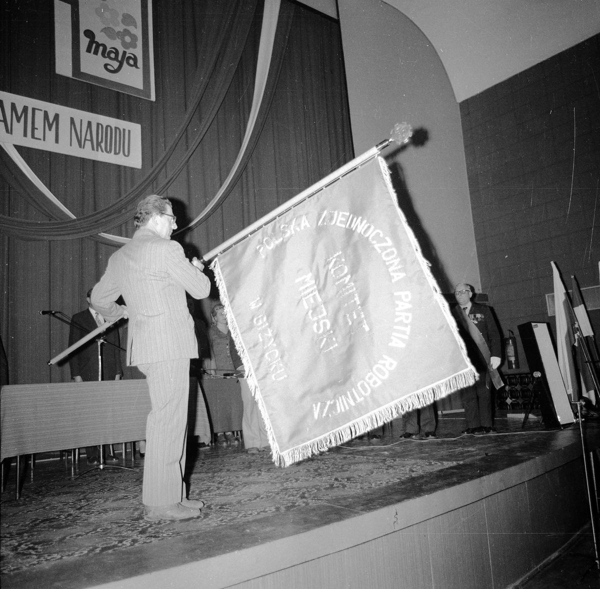 Wręczenie sztandaru Komitetowi Miejskiemu PZPR, 1976 r. [9]