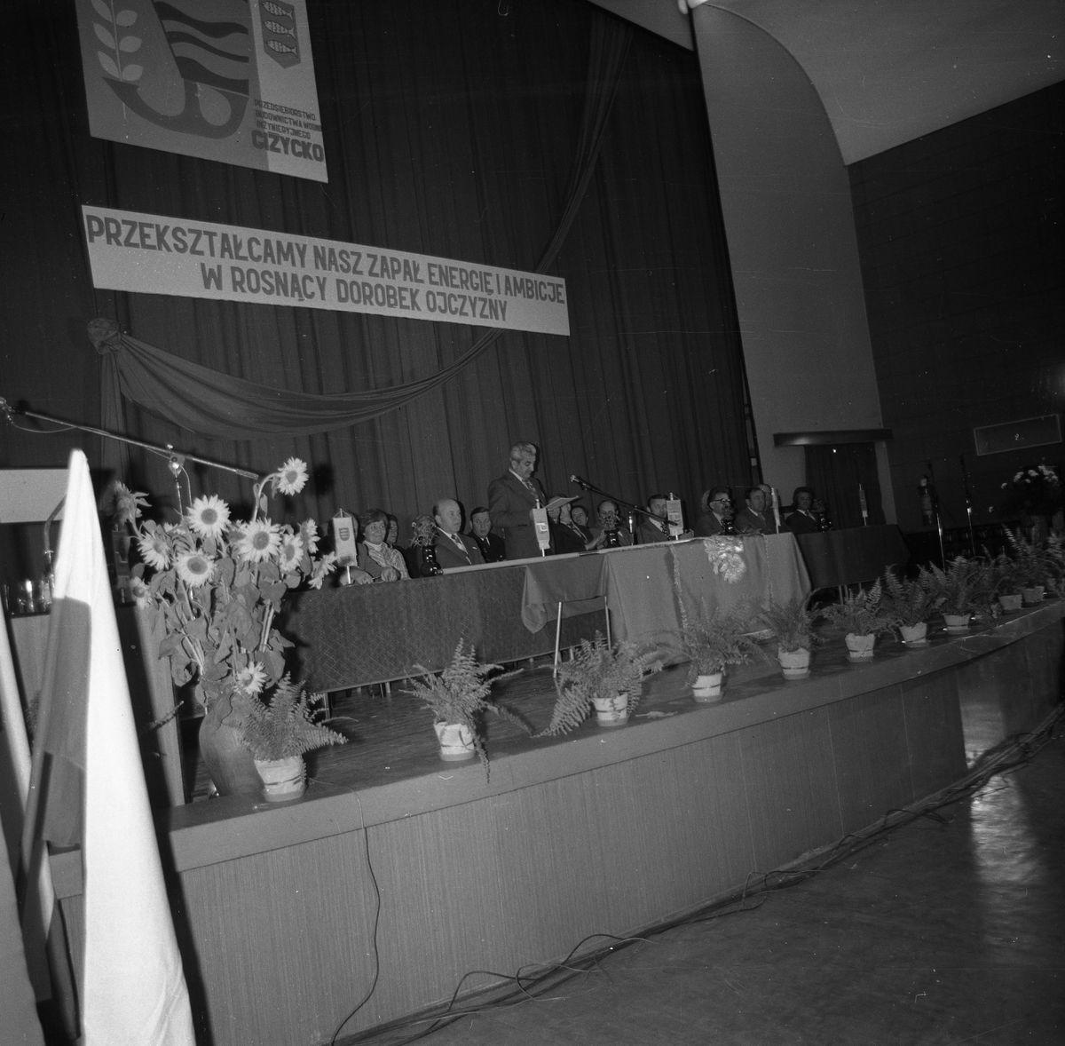 Wręczenie sztandaru Przedsiębiorstwu Budownictwa Wodno-Inżynieryjnego, 1972 r. [4]