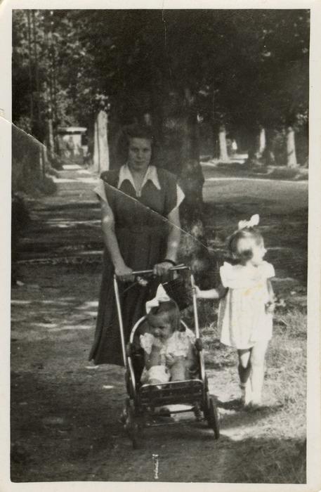 Helena Łuńska z córkami [2]