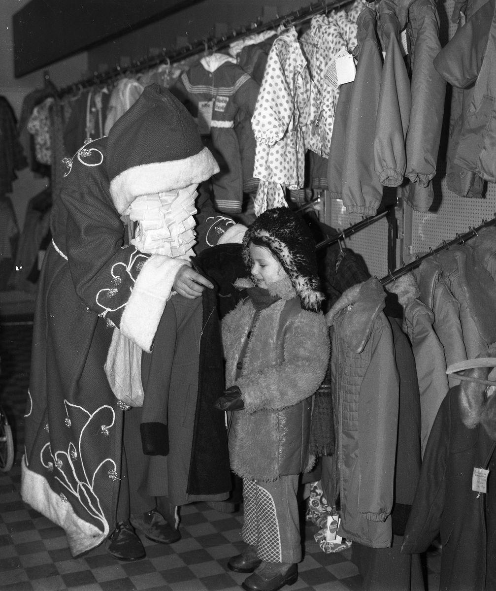 """Święty Mikołaj w sklepie """"Społem"""" [3]"""