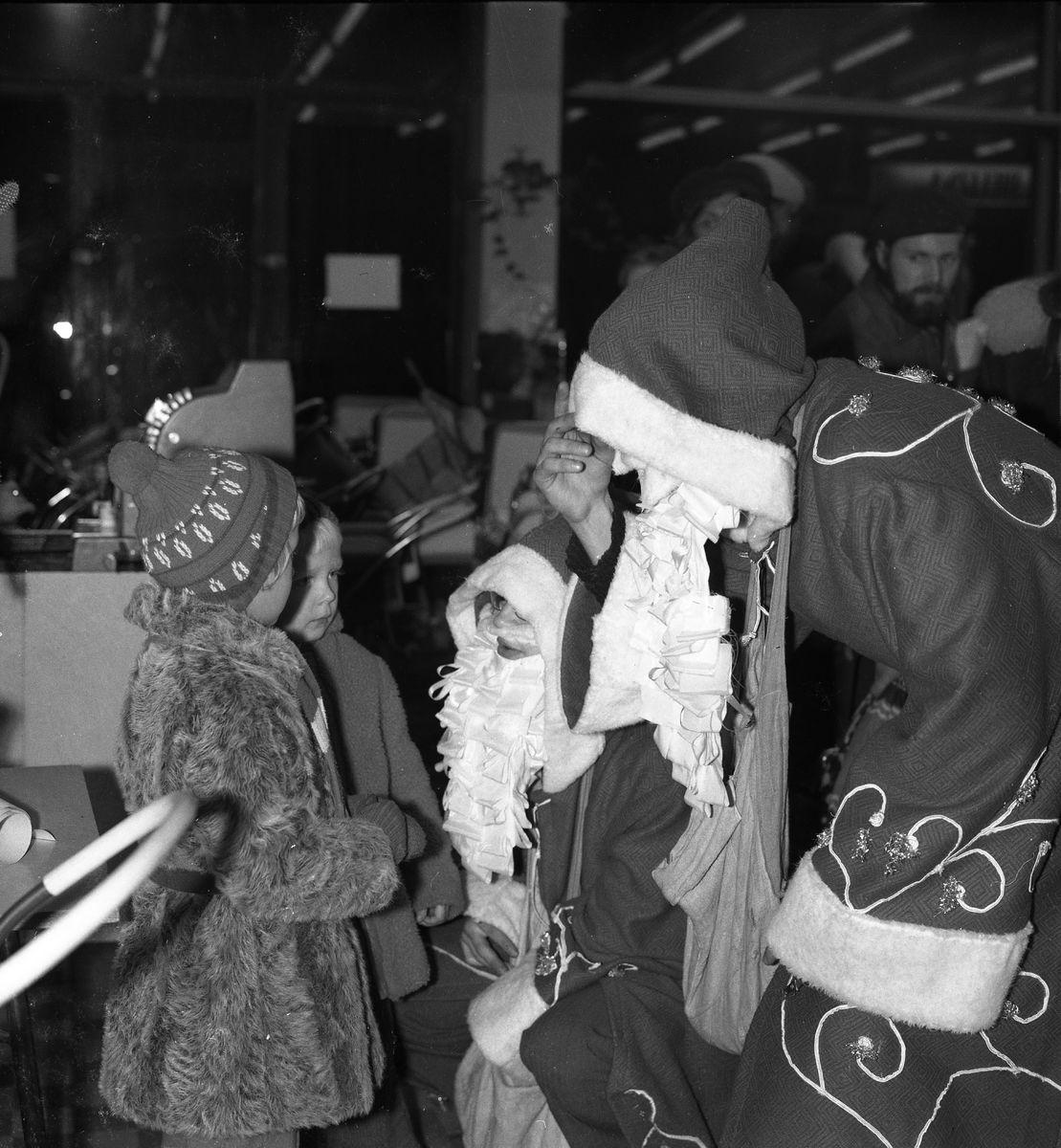 """Święty Mikołaj w sklepie """"Społem"""" [4]"""
