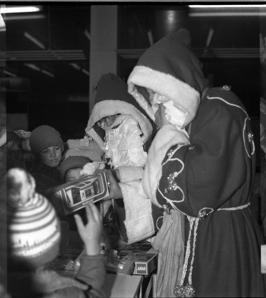"""Święty Mikołaj w sklepie """"Społem"""" [1]"""