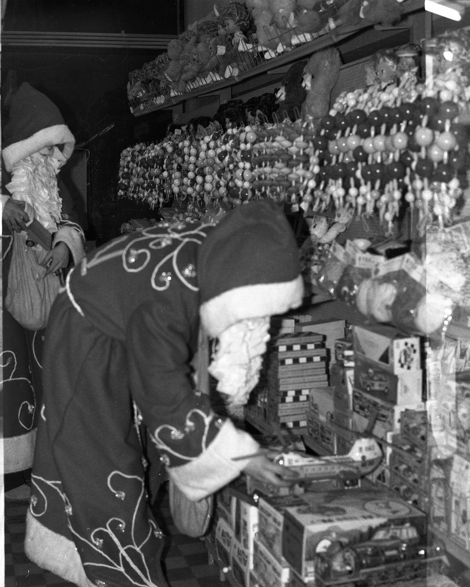 """Święty Mikołaj w sklepie """"Społem"""" [9]"""