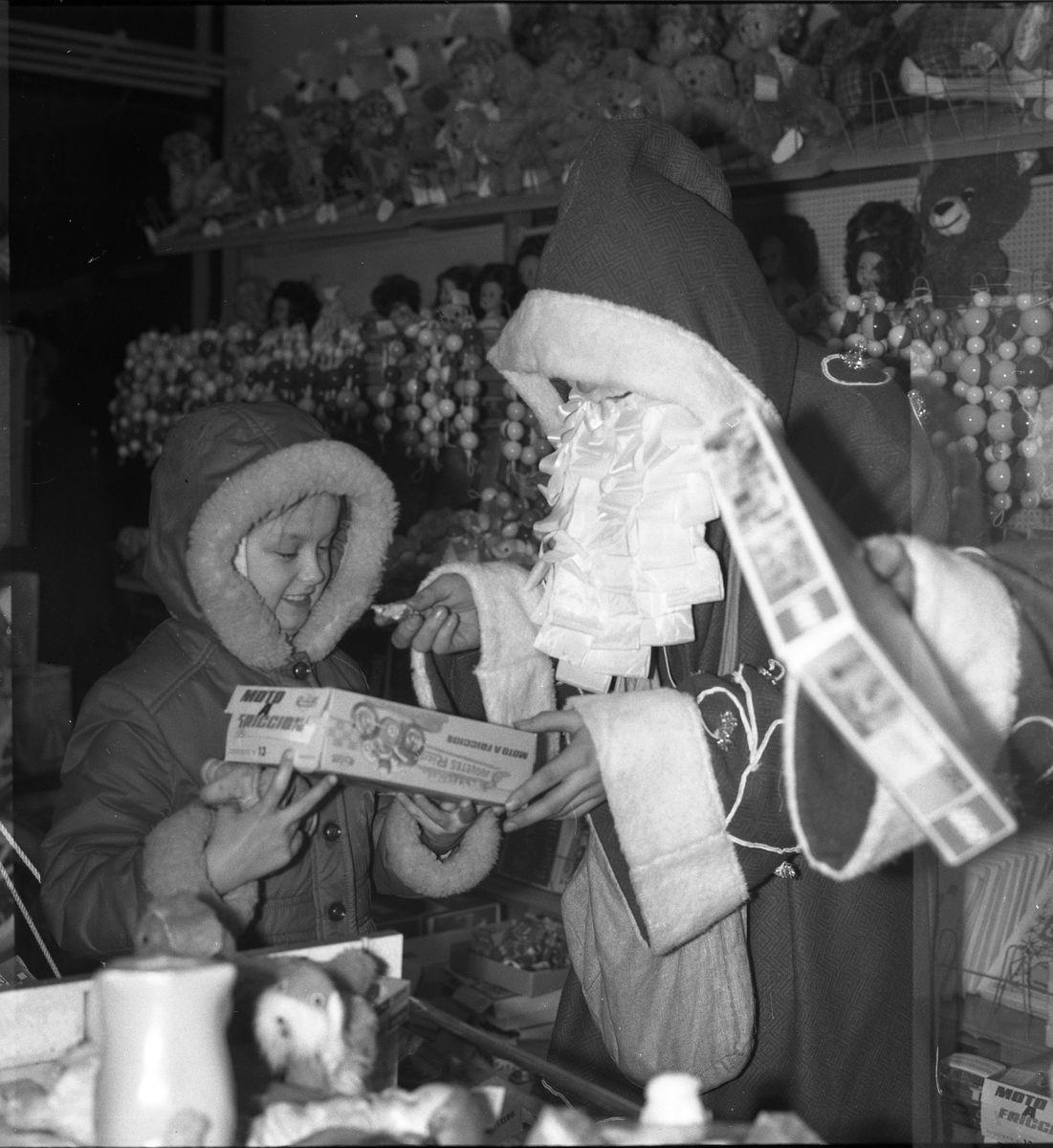 """Święty Mikołaj w sklepie """"Społem"""", 1974 r."""