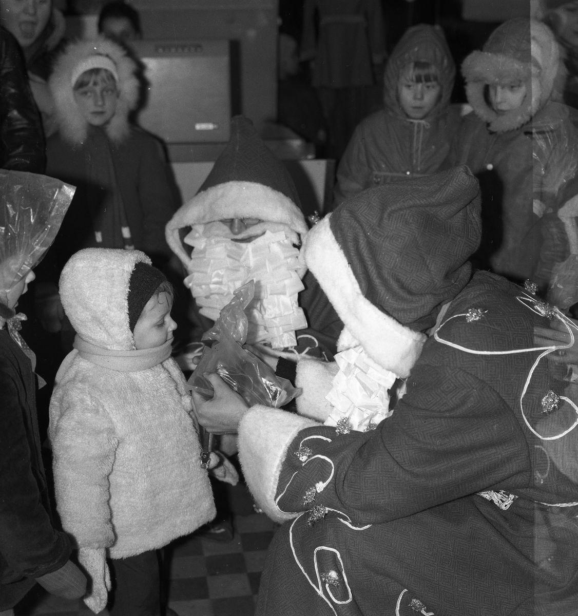 """Święty Mikołaj w sklepie """"Społem"""" [6]"""