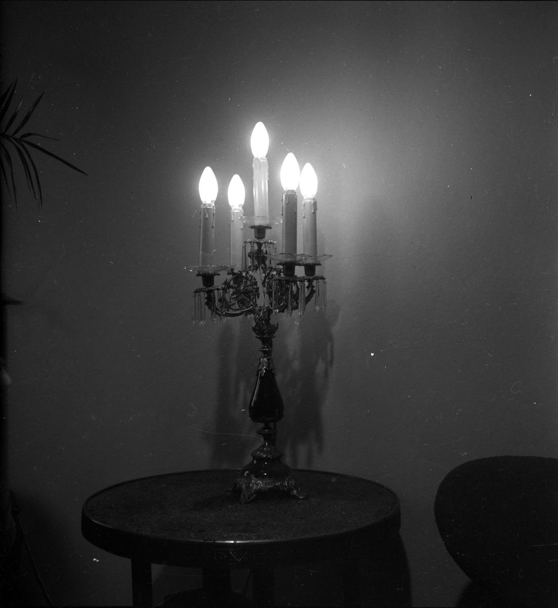 Lampa stołowa stylizowana na świecznik