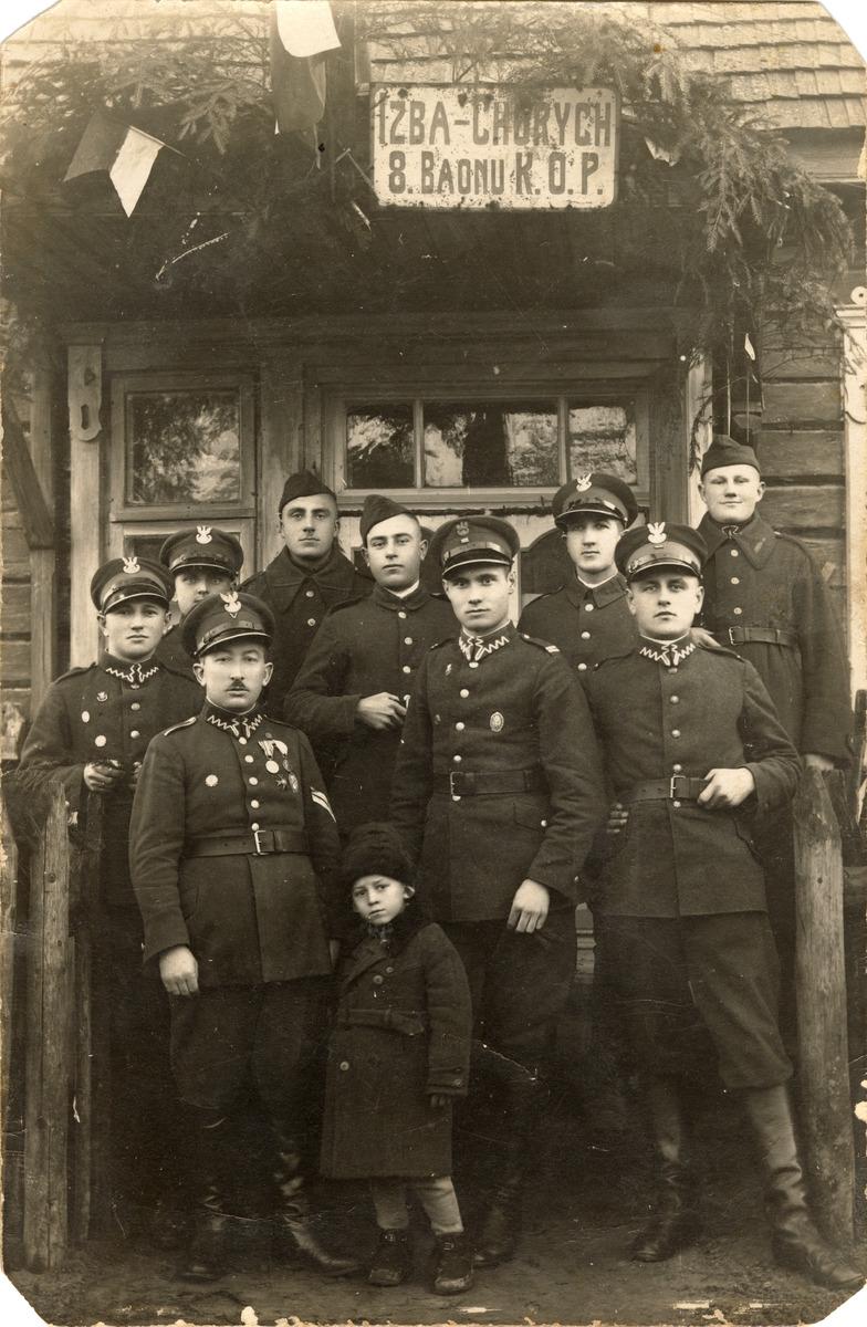 Aleksander Dembiński z żołnierzami KOP