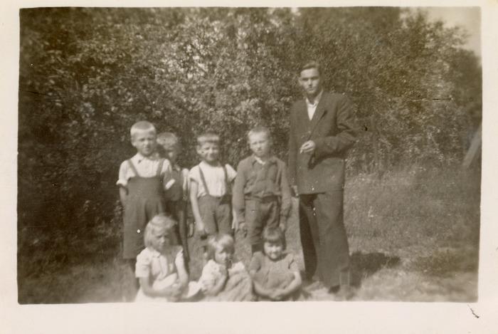 Dzieci z opiekunem kolonii