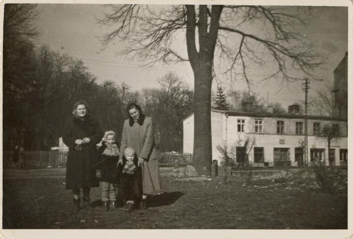 Helena Łuńska z córkami [1]