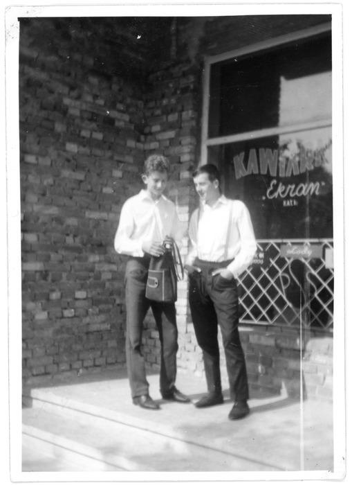 Waldemar Klimiuk z kolegą, Leszkiem Fajferem pod kawiarnią Ekran, 1963 r.